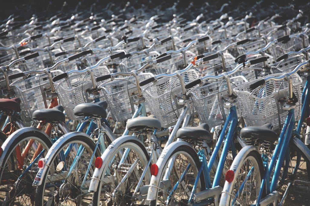 bicicletta riscoprire bellezza viaggio biciclette parcheggiate