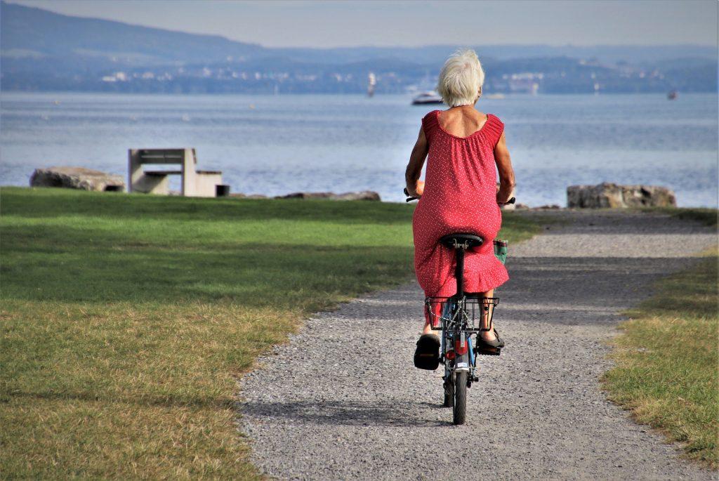 bicicletta riscoprire bellezza viaggio signora che pedala